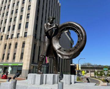 В Акроні відкрито пам'ятник шиннику